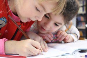 鉛筆を持つ女の子