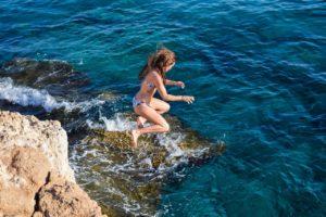 岸壁からジャンプ