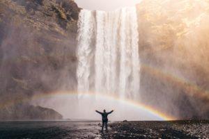 滝と虹と男